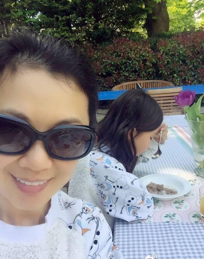 姜丰曾在微博晒日常生活照,图为与享用早餐的女儿自拍。(取材自微博)