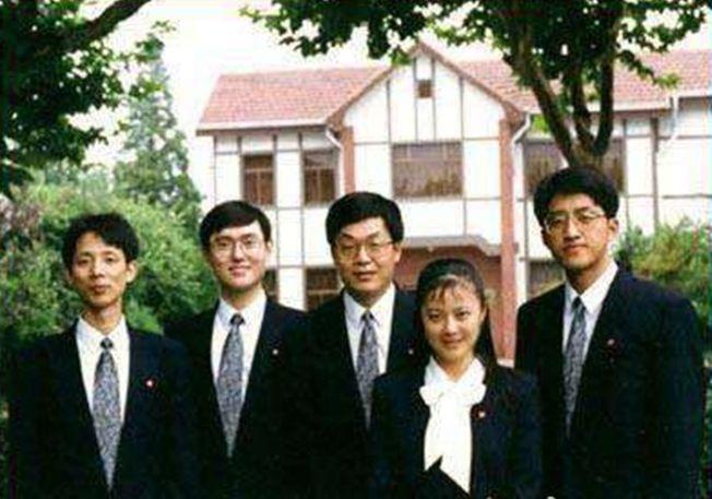 在1993年的新加坡国际大专辩论会上,姜丰(右二)与辩友们在一起合影。(取材自微博)
