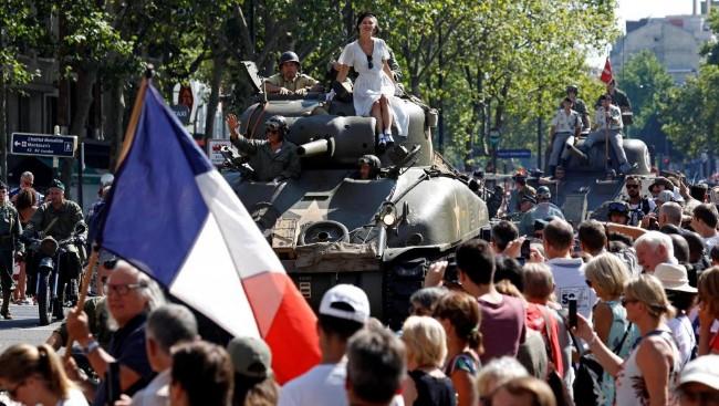 巴黎解放75周年狂欢 街头再现当年情景