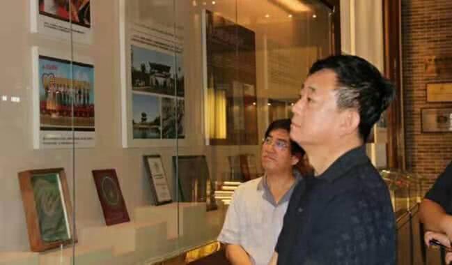55岁朱军罕露面 发福明显众人陪同参观企业