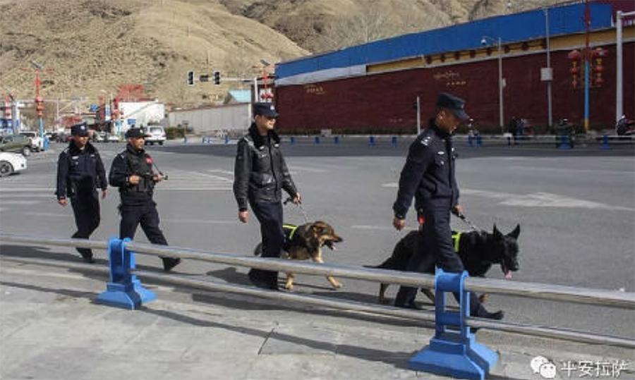 警察在西藏拉萨巡逻场景(消息人士提供/微信)