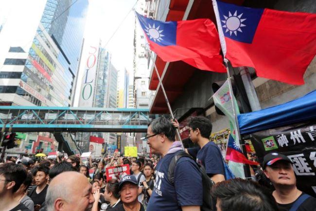 2019年6月16日香港民众的反送中游行队伍中飘扬的台湾旗帜。