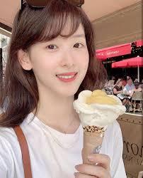章泽天时隔一年晒吃冰淇淋甜美自拍 素颜超美