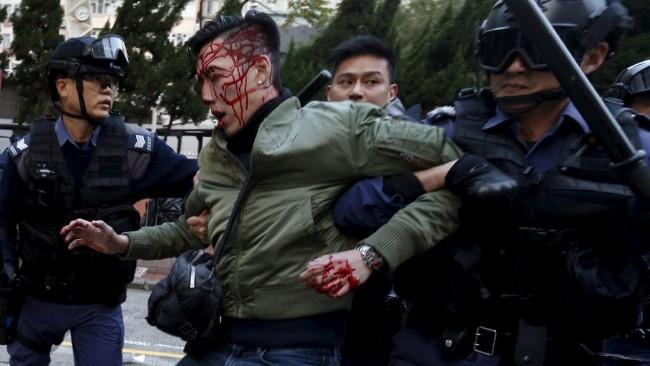 香港警察逮捕示威者.jpg