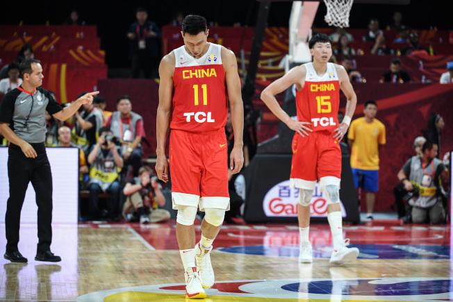 2019男篮世界杯小组赛,中国59比72输给委内瑞拉队。图为中国队球员易建联(左)表情失落。(中新社)