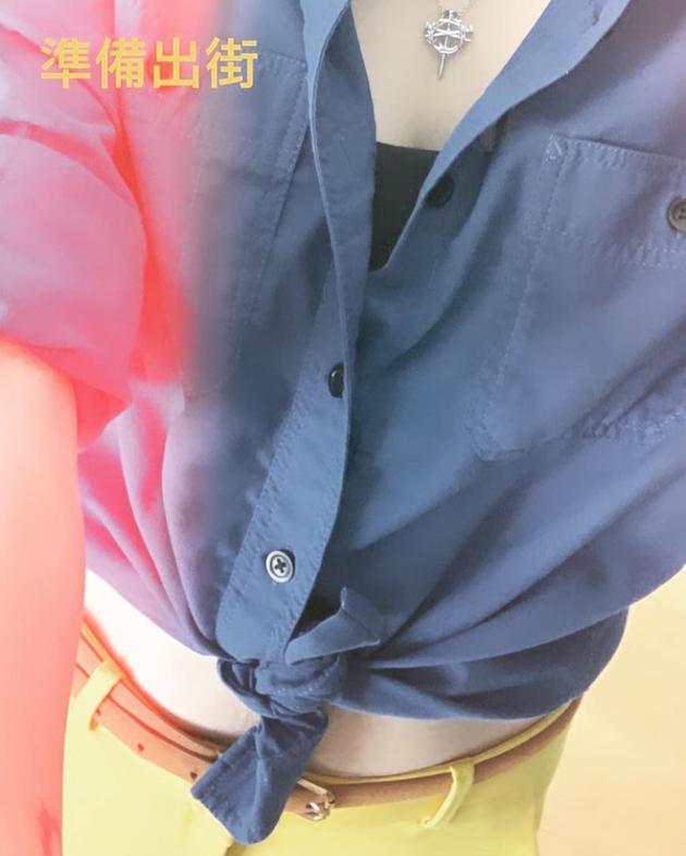 张柏芝出门为儿子买补习书 衬衫挽结露出小蛮腰