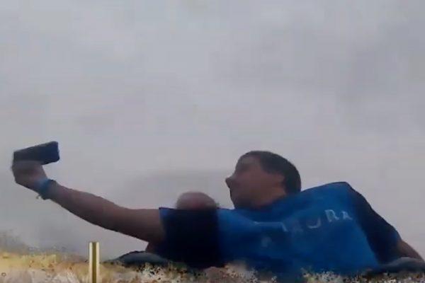 时速134km/h的过山车上 他徒手接住了掉落的手机