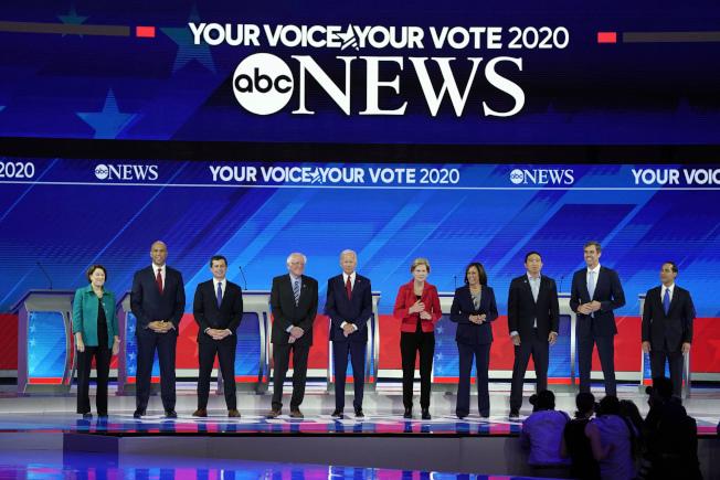 民主党第三回合辩论,十名参选人同台。(美联社)