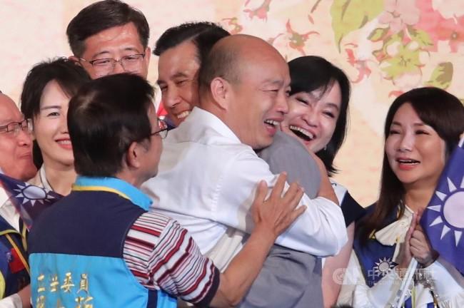 破谣言!马英九韩国瑜同台拥抱展现团结