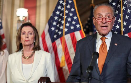 国会民主党众院议长波洛西(图左)与参院少数党领袖舒默15日表示,任何限枪法案必须包括对购枪人的扩大背景调查。 路透社