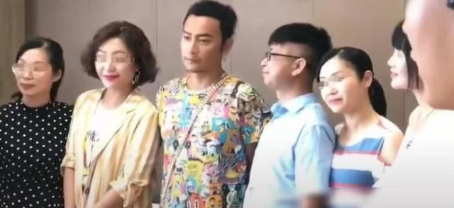 陈志朋现身演出捞金花衬衫配短裤 显憔悴