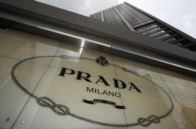 位于铜锣湾的义大利精品Prada明年也要撤走。(路透资料照片)