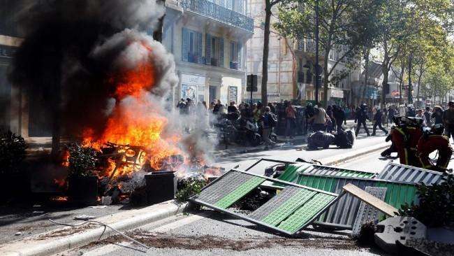 上千极端化黄背心混进巴黎气候游行  打砸烧