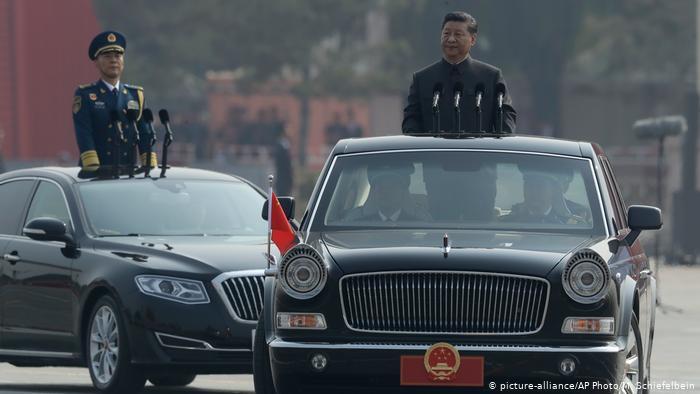 BG Waffensysteme der VR China | Xi Jinping bei der Parade zum 70. Jahrestag Volksrepublik (picture-alliance/AP Photo/M. Schiefelbein)