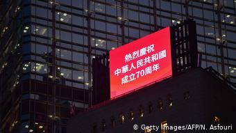 Hongkong | Anzeigetafel zum Gedenken an den 70. Jahrestag der Volksrepublik China (Getty Images/AFP/N. Asfouri)