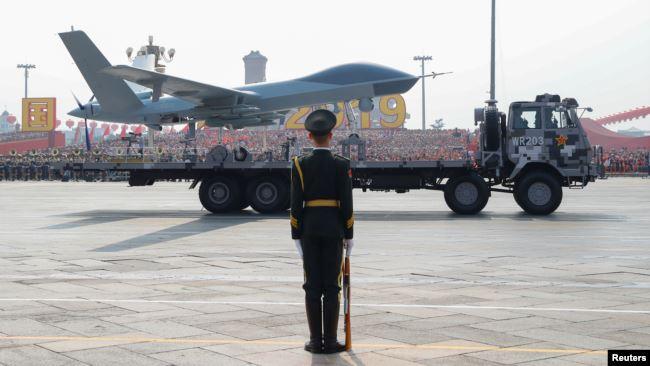 2019年10月1日中华人民共和国成立70周年阅兵式上,一辆载有无人航空载具的军用车辆经过天安门广场。