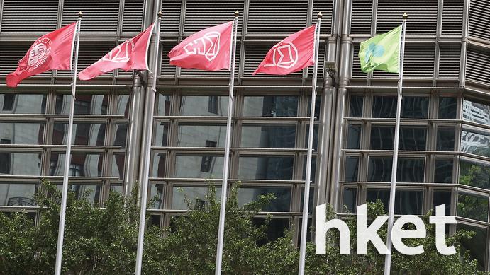 长江中心外一直只悬挂长和系上市公司及李嘉诚基金会的旗帜。(资料图片)