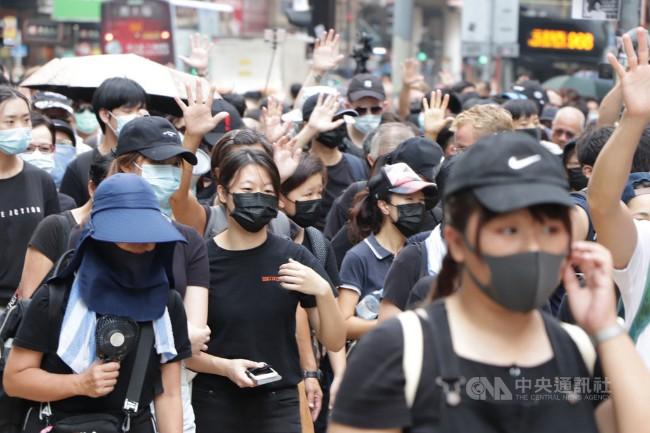 香港民众抗议港府实施禁止蒙面法.jpg