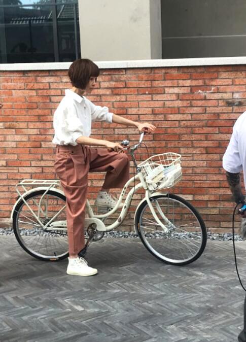 主持人鲁豫骑自行车逛北京胡同 比电视上漂亮