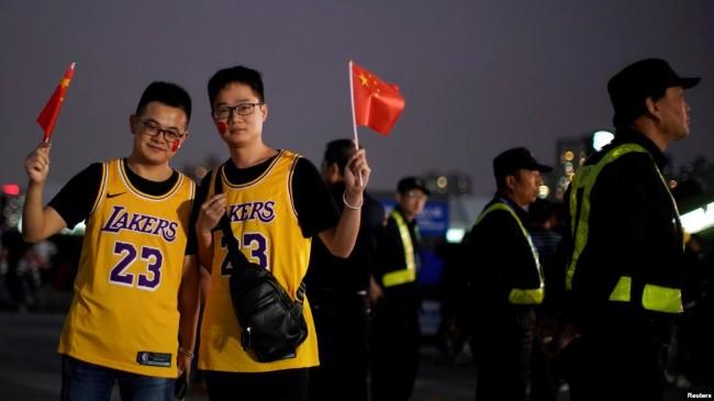 """中国球迷真""""中国"""" 带国旗、看NBA  两头有好处"""