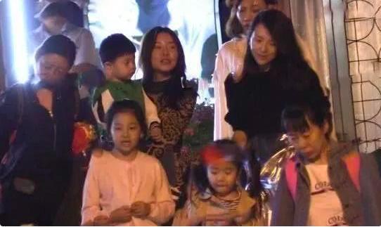 章子怡带女儿现身李亚鹏餐厅 疑似怀孕