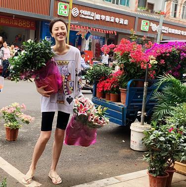 刘翔前妻穿人字拖逛菜市场 瘦成纸片人
