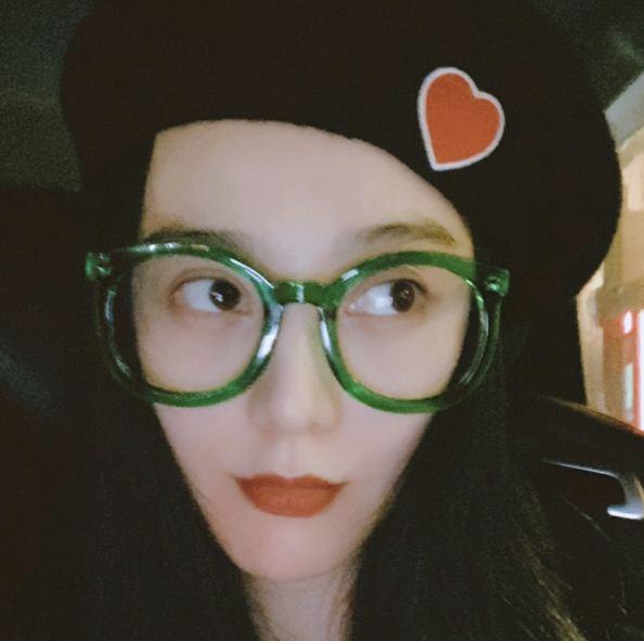 范冰冰最新自拍 戴绿色圆框眼镜变学生妹