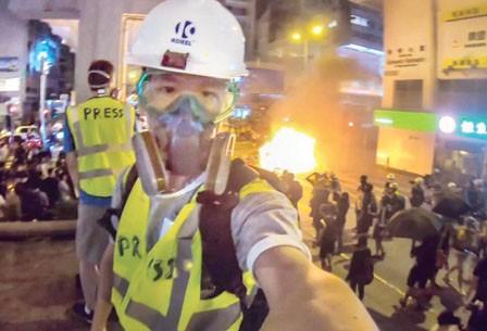 """造假证扮记者拍摄港示威 加国华青遭网民""""追杀"""""""
