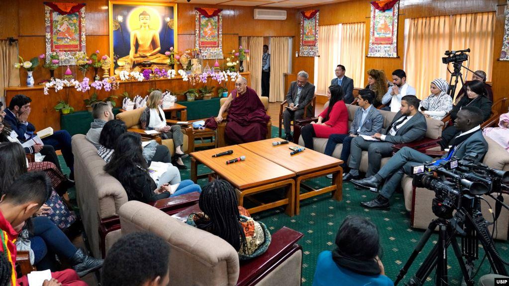 美国和平研究所与西藏精神领袖达赖喇嘛2019年10月23日与战乱地区维和青年领袖在印度达兰萨拉举行对话(图片来源:USIP)