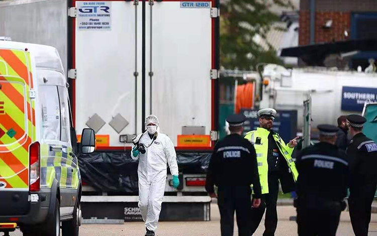 ▲英国警方表示,第一要务是维护39名死者尊严,确保给出答案。图片来源:新京报网