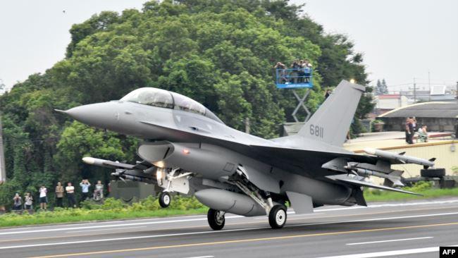 美国F-16V战机在台中彰化一条高速公路上降落。(2019年5月28日)