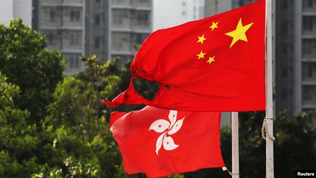 在香港黄大仙区飘扬的一面中国国旗在反送中示威中被烧毁一角。(2019年10月13日)