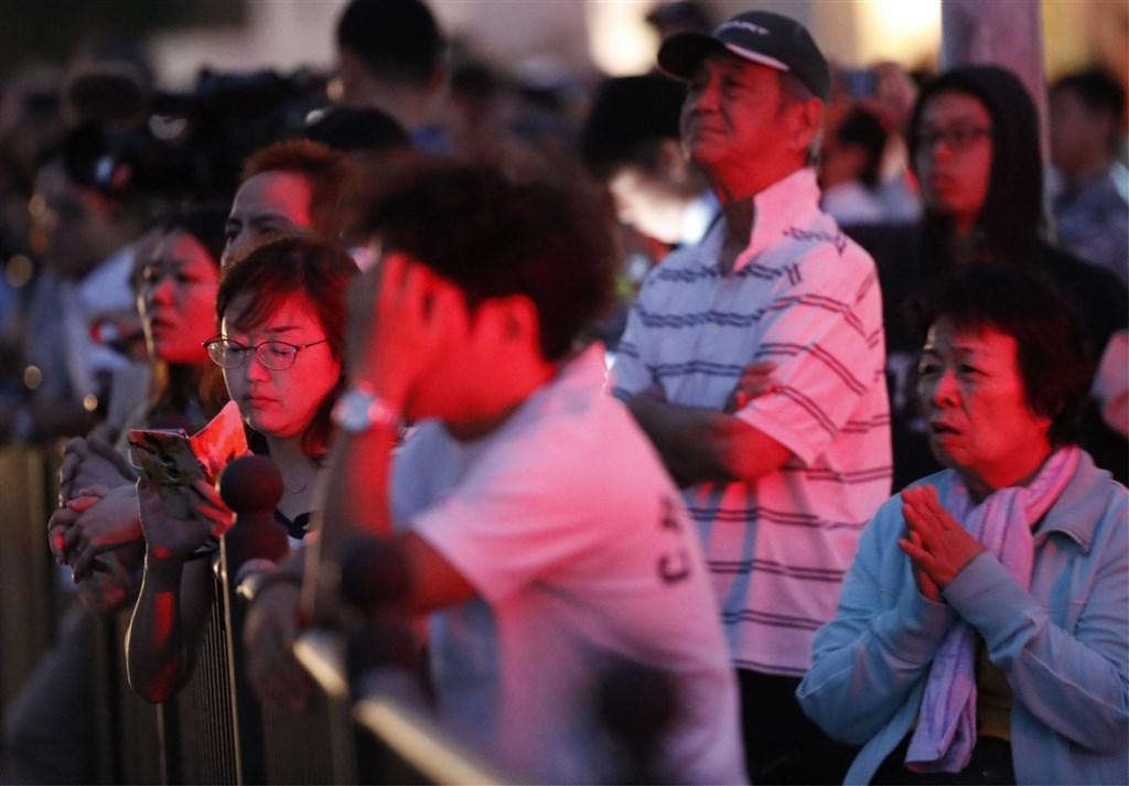 位於日本南部�_�K的世界文化�z�a「首里城」�m殿31日清晨�l生大火,��地市民�P注火�那�r。(共同社提供)