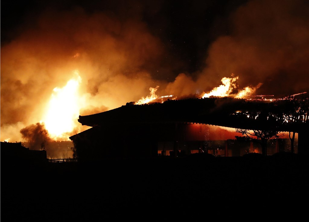 位於日本南部�_�K的世界文化�z�a「首里城」�m殿31日清晨�l生大火。(共同社提供)