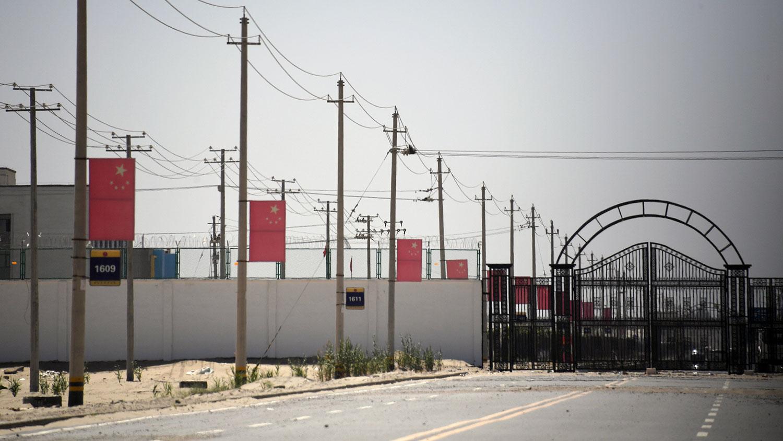 今年初以来,被羁押在新疆政治再教育营内的少数民族穆斯林,部分已经获得释放,另一部分则被重判入狱。图为新疆地区和田郊区一所再教育营。(资料图/法新社)