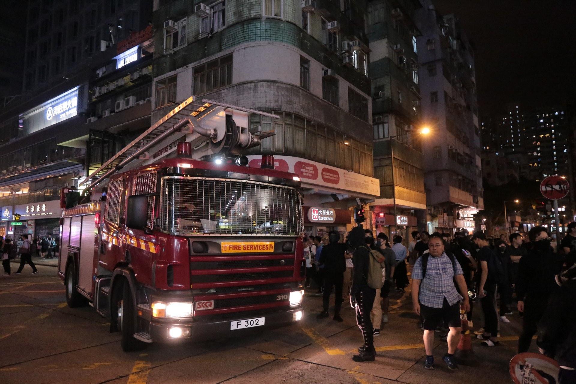 有示威者阻止消防车进入。(余睿菁摄)