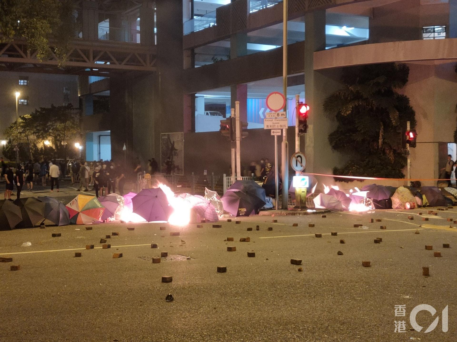 今日(4日)凌晨,仍有示威者在�④�澳唐明街一�Ф侣芳翱v火。(�⒍ò�z)