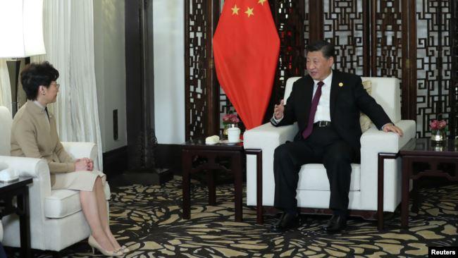 中国国家主席习近平在上海接见香港特首林郑月娥。(2019年11月4日)