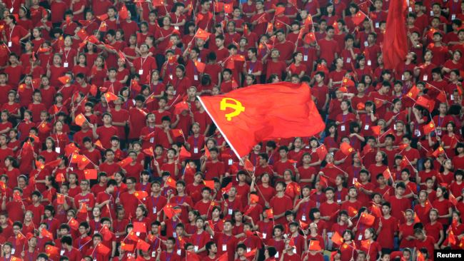 资料照:中国学生在重庆市奥林匹克体育中心挥舞中共党旗。