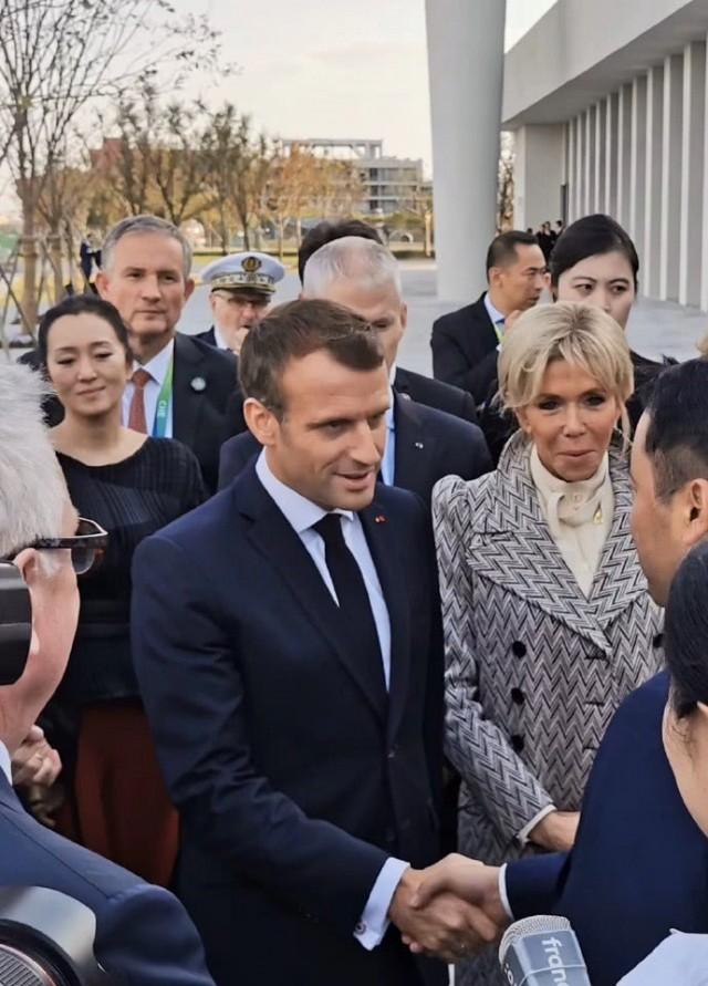 巩俐夫妇受邀出席总统宴会 素颜出镜打扮低调