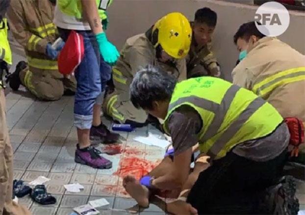 2019年11月4日凌晨,香港将军澳区再爆发示威冲突,期间一名22岁的香港科技大学学生周梓乐从停车场堕楼,至今仍然危殆。(视频截图)