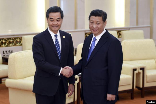 2014年11月9日中国国家主席习近平(右)在北京人民大会堂和香港特区行政长官梁振英会面握手