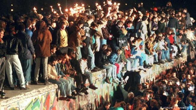 30年前 柏林墙是怎样被推倒的?