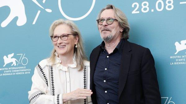 9月1日上午,威尼斯电影节上《洗钞事务所》(台译《自助洗衣房》)举行全球首映。在下午的记者会后,女主角梅丽・史翠普、男主角盖瑞・欧德曼合影。
