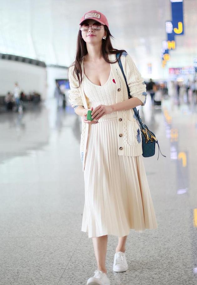 林志玲身材比例越来越好 戴粉帽配连衣裙