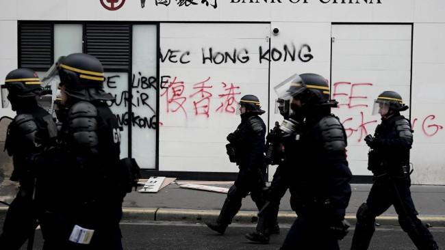 黄背心周年抗议 巴黎中国银行被涂撑香港标语