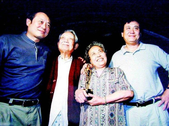 李安(左一)、父亲李升(左二)、母亲杨思庄(左三)。报系数据库