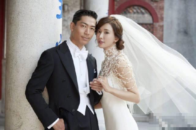 林志玲婚礼现场:挽着父亲的手走出酒店
