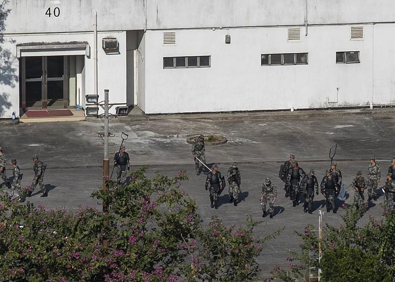 解放军持盾于枪会山军营操练 约六十人参与
