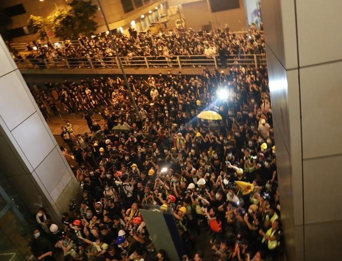 香港暴徒向警员吐口水被判刑 法官斥:肮脏污秽卑鄙